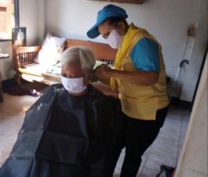คนชื่นชมกันทั่ว 3 อสม.จิตอาสาลำปาง ทั้งช่วยกำจัดยุงลาย-คุมโควิด ยันตัดเล็บ ตัดผม กวาดบ้านผู้สูงอายุ-ผู้พิการ