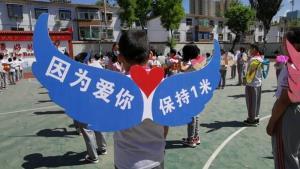 """""""เพราะรักจึงติดปีก""""...รร.ในจีนผุดไอเดียรักษาระยะห่าง สกัดโควิด-19 ในเด็กนักเรียน(ชมภาพ/คลิป)"""