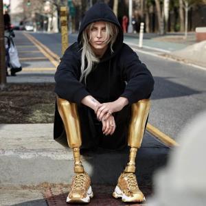 """""""ลอเรน วาสเซอร์"""" นางแบบผู้พิการขา เตรียมตัวลงวิ่งแข่งมาราธอนที่นิวยอร์ก"""