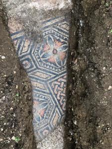 ฮือฮา!  อิตาลีขุดพบโมเสกโบราณสภาพสุดสมบูรณ์ใต้ดินไร่องุ่น คาดมีอายุกว่า 1,700 ปี