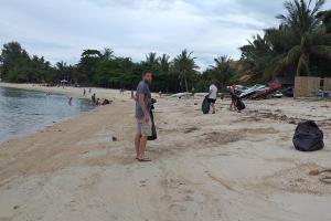 เกาะสมุยกลุ่มแทรชฮีโร่สมุย ร่วมเก็บขยะชายหาดฟื้นฟูแหล่งท่องเที่ยวพบอื้อ