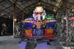 อลังการ!! บ้านหุ่นเหล็กโชว์หุ่นยนต์เหล็กขนาดใหญ่จากรถยนต์กว่า 10 คัน รับปลดล็อกโควิด-19
