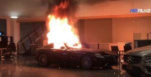 ม็อบต้านเหยียดผิวเหิมหนักบุกโชว์รูมเมอร์เซเดส เผา-ทุบทำลายรถหรูเสียหายยับ (ชมคลิป)