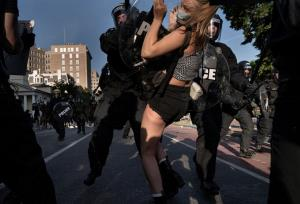 In Pics : 'ทรัมป์' ขู่ส่งทหารปราบม็อบต้านเหยียดผิว ผลชันสูตรยัน 'จอร์จ ฟลอยด์' ถูกตำรวจกดคอจนขาดใจตาย
