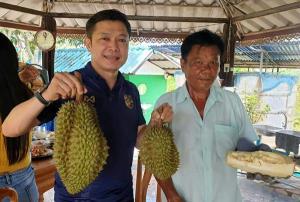 นายพงษ์เทพ มาลาชาสิงห์ ประธานชมรมส่งเสริมการท่องเที่ยวอำเภอวังน้ำเขียว กับทุเรียนยักษ์ วังน้ำเขียว