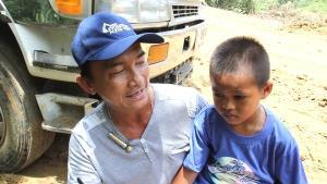 เจออีก! ไอ้หนูอัจฉริยะวัย 7 ปี ขับรถแบ็กโฮ-แทรกเตอร์ช่วยครอบครัวทำกิน