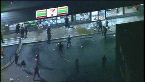 7-Eleven โดนด้วย! ถูกปล้นสะดม, วางเพลิงเสียหายยับ ผู้ประท้วงสหรัฐฯลุยห้างเมซีส์ก่อนเคอร์ฟิว (ชมคลิป)