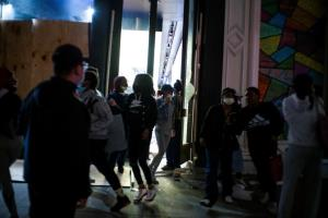 นิวยอร์กขยายเวลาห้ามออกนอกเคหสถาน เคอร์ฟิวเอาไม่อยู่เกิดจลาจลปล้นห้างฯทั่วเมือง (ชมคลิป)