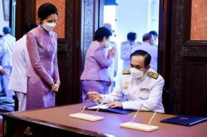 นายกฯ และภริยา ลงนามถวายพระพร สมเด็จพระนางเจ้าฯ พระบรมราชินี เนื่องในโอกาสวันคล้ายวันเฉลิมพระชนมพรรษา