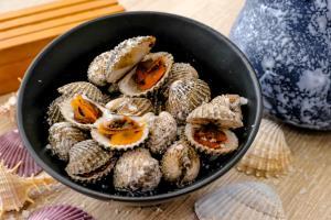 """(ชมคลิป) """"ร้านหอยแงะ"""" คาเฟ่หอยแครงจ้าวแรก  ไอเดียเจ้าของฟาร์ม ปลุกกระแสการกินหอยแครง"""