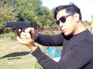 """""""จอม เพชรประดับ"""" บอกไม่ฝันมาก่อนว่า ต้องมาฝึกยิงปืนเพื่อการอยู่รอดในสหรัฐฯ หลังเหตุม็อบเดือดเขย่าอเมริกา"""