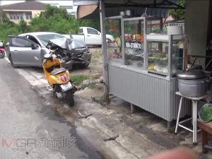 เก๋งหลับในพุ่งชนร้านอาหารตามสั่งแม่ค้ากระเด็นบาดเจ็บ ทั้งร้านทั้งรถพังเสียหาย
