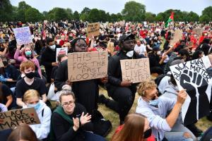"""ผู้ชุมนุมชูป้าย """"ชีวิตคนดำก็มีค่า"""" ระหว่างการรวมตัวที่สวนสาธารณะแห่งหนึ่งในกรุงลอนดอน ประเทศอังกฤษ ในวันพุธ (3 มิ.ย.) ร่วมประท้วงต่อต้านการเหยียดผิว แสดงความเป็นอันหนึ่งอันเดียวกันกับผู้ชุมนุมในอเมริกา ตามหลังการเสียชีวิตด้วยน้ำมือตำรวจของจอร์จ ฟลอยด์ ชายผิวสีในสหรัฐฯ"""