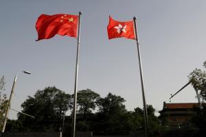 ธงชาติจีนและธงฮ่องกงโบกสะพัดที่สำนักงานรัฐบาลเขตบริหารพิเศษฮ่องกง ในกรุงปักกิ่ง เมื่อวันพุธ (3 มิ.ย.)