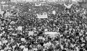 การประท้วงเรียกร้องการเปิดกว้างประชาธิปไตยของกลุ่มนักศึกษาและประชาชนจีนบริเวณจัตุรัสเทียนอันเหมิน กรุงปักกิ่ง ปี 1989 ที่ยุติลงโดยกองกำลังทหารเข้าปราบปรามในวันที่ 4 มิ.ย.1989 (แฟ้มภาพ เอเอฟพี)