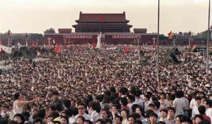 การชุมนุมประท้วงที่จัตุรัสเทียนอันเหมินปี 1989 ที่ประชาชนชาวจีนนับแสนเข้าร่วมขบวนกับกลุ่มนักศึกษาเรียกร้องประชาธิปไตย การปฏิรูปเศรษฐกิจ และยุติคอรัปชั่น (แฟ้มภาพ เอเอฟพี)