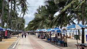 ปิดตั้งแต่เที่ยงถนนลงหาดบางแสน หลังนักท่องเที่ยวแน่นแต่เช้า