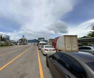 ท่องเที่ยวเกาะช้างคึกคักไม่แพ้กันหยุดสุดสัปดาห์ มีรถต่อคิวลงเรือเฟอร์รี่เป็นแถวยาว