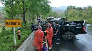 อุทาหรณ์ฝนตกถนนลื่น! กระบะหมุนข้ามเลนประสานงาตูมสนั่นถนนแม่สอด-อุ้มผาง เจ็บ 4