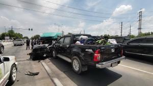 โครมสนั่น! รถกระบะซิ่งฝ่าไฟแดงพุ่งชนรถออกจากไฟเขียว แถมชนข้ามเลนเสียหาย 5 คันรวด