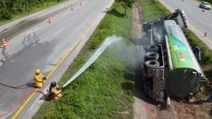 ระทึก! รถขนน้ำมันเต็มคัน 46,000 ลิตรพลิกคว่ำ เร่งถ่ายน้ำมันออกหวั่นบึ้ม