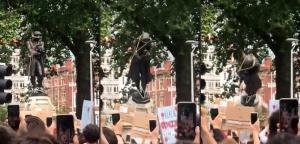 ในวันอาทิตย์ (7 มิ.ย.) นอกจากการประท้วงเหยียดผิวตามเมืองต่างๆ ในสหรัฐฯแล้ว ยังมีการประท้วงในอีกหลายประเทศ  โดยที่เมืองบริสตอล ในอังกฤษ พวกผู้ประท้วงได้ช่วยกันดึงรูปปั้นของ เอดเวิร์ด โคลสตัน นักค้าทาสชื่อฉาวโฉ่ในยุคก่อน จนโค่นล้มลงมา จากนั้นก็ช่วยกันนำไปโยนทิ้งที่ท่าเรือบริสตอล (ภาพชุดถ่ายจากคลิปวิดีโอของ วิลเลียม (@willwantwrites) วันต์ ที่เผยแพร่ทางทวิตเตอร์)