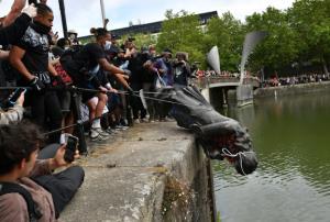 """ทำความรู้จัก """"เอ็ดเวิร์ด โคลสตัน"""" รูปปั้นพ่อค้าทาสผู้โด่งดังแห่งเมืองบริสตอล ที่ถูกโค่นโยนทิ้งน้ำ"""