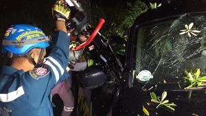 หนุ่มขับรถกระบะชนต้นไม้ข้างทาง คอหักเสียชีวิตคาที่