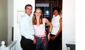 ภาพที่ระบุว่าถ่ายในกรุงลอนดอนปี 2001 (จากซ้าย) เจ้าชายแอนดรูว์, เวอร์จิเนีย โรเบิร์ต, และ กิสเลน แม็กซ์เวลล์ เพื่อนสนิทของ เจฟฟรีย์ เอปสตีน