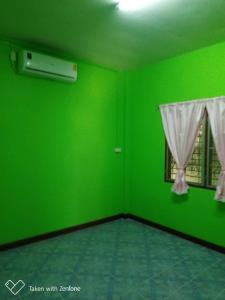 สาวภูมิใจโชว์บ้านที่พ่อเนรมิตทาสีเขียวทั้งหลัง รวมไปถึงศาลพระภูมิ ลั่น เด่นสุดในตำบล