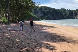 พบแล้ว 2 หนุ่มหล่อน้ำใจงามเก็บขยะหาดหาดอ่าวนาง ที่แท้เป็น นศ.ชาวไทยกับเพื่อนฝรั่งเศส