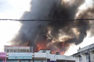 ไฟไหม้ชุมชนบ้านไม้เก่าแก่ เสียหายกว่า 20 หลังคาเรือน