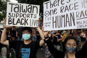 """ชนพื้นเมืองเกาะไต้หวันจัดประท้วง """"แบล็กไลฟ์แมตเทอร์"""" ชี้หัวอกเดียวกับคนผิวสี"""