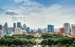 จุฬาฯ ยังเป็นมหาวิทยาลัยสีเขียวในอันดับที่ 3 ของมหาวิทยาลัยไทย และอยู่ในอันดับที่ 84 ของโลก โดยได้คะแนนเป็นอันดับ 1 ใน 3 ตัวชี้วัด ได้แก่ ด้านการจัดการพลังงาน ด้านการจัดการขยะ และด้านการเรียนการสอนและการวิจัย ซึ่งเป็นผลการจัดอันดับมหาวิทยาลัยสีเขียวของโลก หรือ UI Green Metric World University Ranking 2019