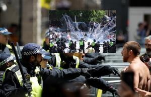 """In Clip: ลอนดอนระอุ! จับไม่ต่ำกว่า 100 หลังฮูลิแกนขวาจัดอังกฤษเกิดปะทะกับตำรวจ """"บอริส"""" เดือดจัดถึงขั้นประณาม"""
