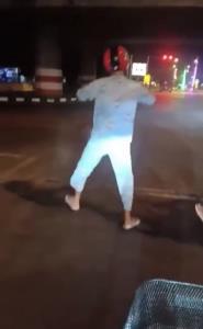 วัยรุ่นหาดใหญ่คึกคะนองเต้น! บนถนนยามวิกาล ชาวเน็ตหวั่นเกิดอุบัติเหตุ (ชมคลิป)