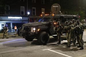(ภาพถ่ายเมื่อ 31 พ.ค.) ตำรวจของเทศมณฑลเอเธนส์-คลาร์ค ในชุดปราบจลาจล และสนับสนุนด้วยยานยนต์หุ้มเกราะทหาร เคลื่อนเข้าหาพวกผู้ประท้วงเพื่อขับไล่ให้ออกไปจากถนนสายหนึ่งในย่านใจกลางเมืองเอเธนส์ รัฐจอร์เจีย  ทั้งนี้ด้วยอาวุธยุทโธปกรณ์เหลือใช้ที่เพนตากอนถ่ายโอนมอบให้สำนักงานตำรวจของเมืองต่างๆ ในสหรัฐฯ  ทำให้ตำรวจของสหรัฐฯเวลานี้มีสภาพกลายเป็นกองทหารมากขึ้นทุกที