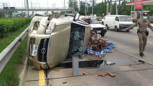 ตามล่ารถตู้โดยสารขับแซงไหล่ทางก่อนปาดไปชนกระบะและชนรถเก๋งคว่ำระเนระนาด