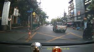 อุทาหรณ์! หนูน้อยวิ่งพรวดลงถนน โชคดีไม่เกิดเหตุร้ายแรง วอนผู้ปกครองดูแลใกล้ชิด