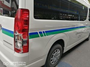 เจ้าของรถตู้เข้าพบพนักงานสอบสวน อ้างคนขับหนีไปแล้ว หลังเกิดเหตุบนถนนเพชรเกษม