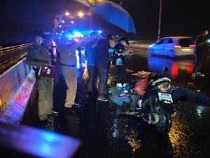 หนุ่มใหญ่ขี่รถจักรยานยนต์ชนท้ายเสียชีวิตคาที่ คู่กรณีหลบหนี