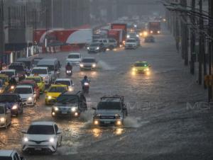 โดนมรสุมทั่วไทย! ฝนตกหนัก เสี่ยงน้ำป่า-น้ำท่วมฉับพลัน คลื่นทะเลสูง ซัดกรุงร้อยละ 70