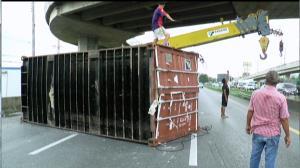 หวาดเสียว!! ตู้คอนเทนเนอร์บรรทุกข้าวตกสะพานเกือกม้า กระบะหลบทันโดนเสาไฟล้มทับ