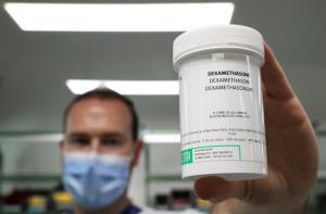"""เตือนมีผลข้างเคียง! แพทย์สหรัฐฯ ลังเลใช้ยา """"สเตียรอยด์"""" รักษาคนไข้โควิด-19"""