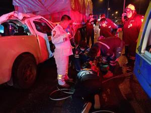 หนุ่มซิ่งกระบะอัดท้ายรถพ่วงบนถนนรังสิต-ปทุม เจ็บสาหัสติดคารถ