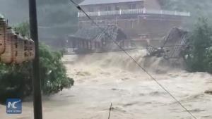 สุดเสียดาย! น้ำท่วมหนักซัด 'สะพานเก่า 400 ปี' หายวับในจีน