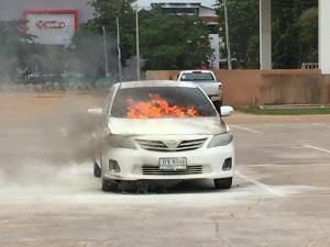 หวิดบึ้ม! เกิดเหตุไฟไหม้รถเก๋งลานจอดรถหน้าศาลากลางมุกดาหาร