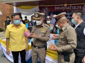 ผบช.ภ.1 โชว์ฝีมือผัดไทยจี๊ดจ๊าด เลี้ยงตำรวจ สภ.บางซ้าย เป็นการให้กำลังใจกำลังพล