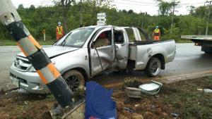 ชื่นชม! ผบช.ภ.6 สั่งจอดรถช่วย ตร.ขับกระบะฝ่าฝนแหกโค้งชนเสาไฟถนนตาก-แม่สอด