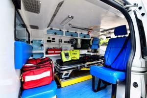 ผู้บริหารบริษัท บุญรอด มอบรถพยาบาลและเครื่องกระตุกหัวใจให้กองทัพภาคที่ 1